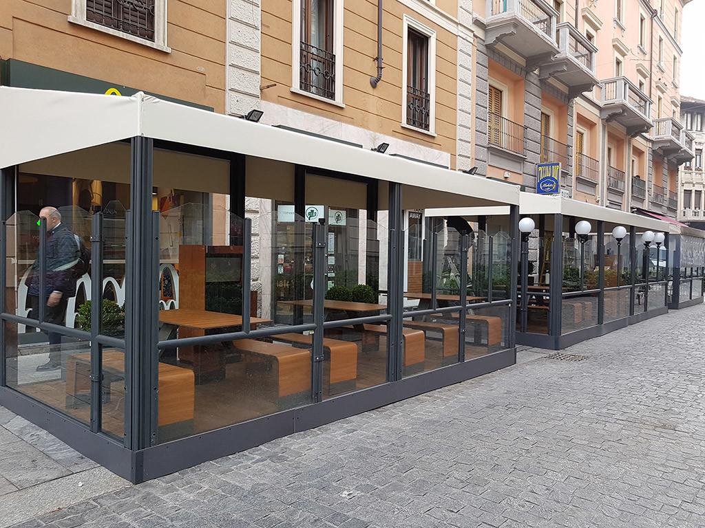 dehors di un ristorante realizzato con paraventi in alluminio per esterno modello evolution colore ferro micaceo di Star Progetti