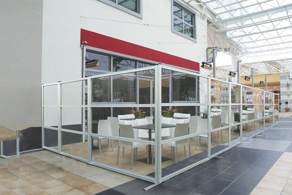 dehors esterno per bar realizzato con paravento da esterno in vetro