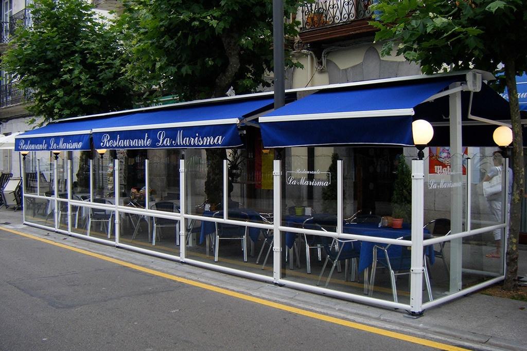 dehors esterno di un bar realizzato con paraventi modulari modello elegance colore bianco di Star Progetti