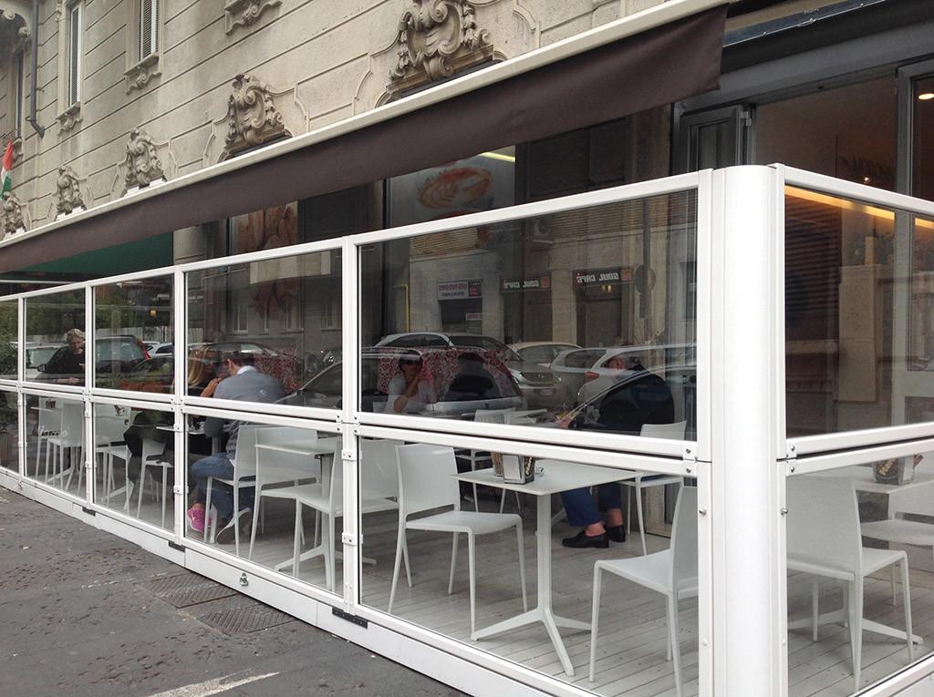dehors di un bar realizzato con paraventi in alluminio da esterno ad altezza regolabile Taormina di Star Progetti
