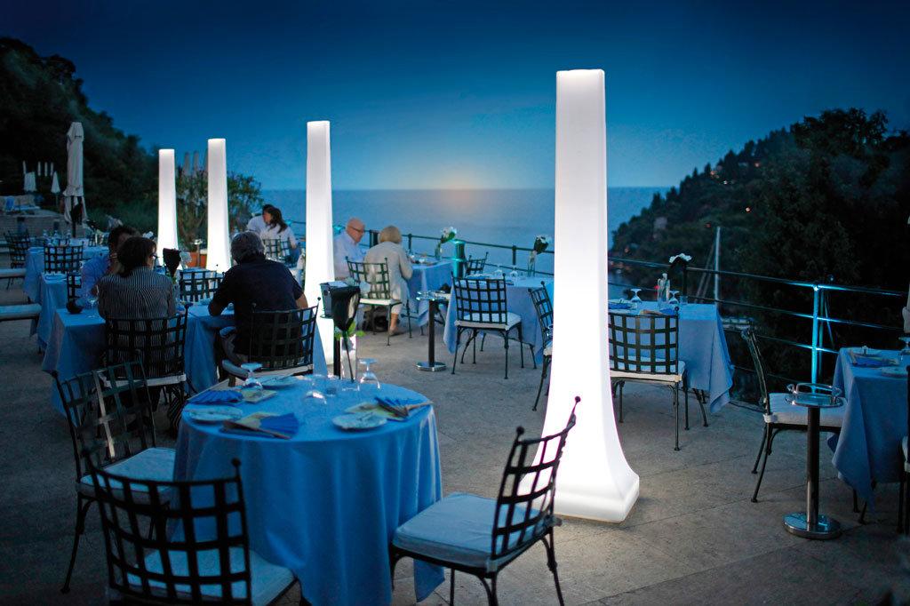 terrazza hotel portofino illuminata da sistema di illuminazione per dehors obelisk di star progetti