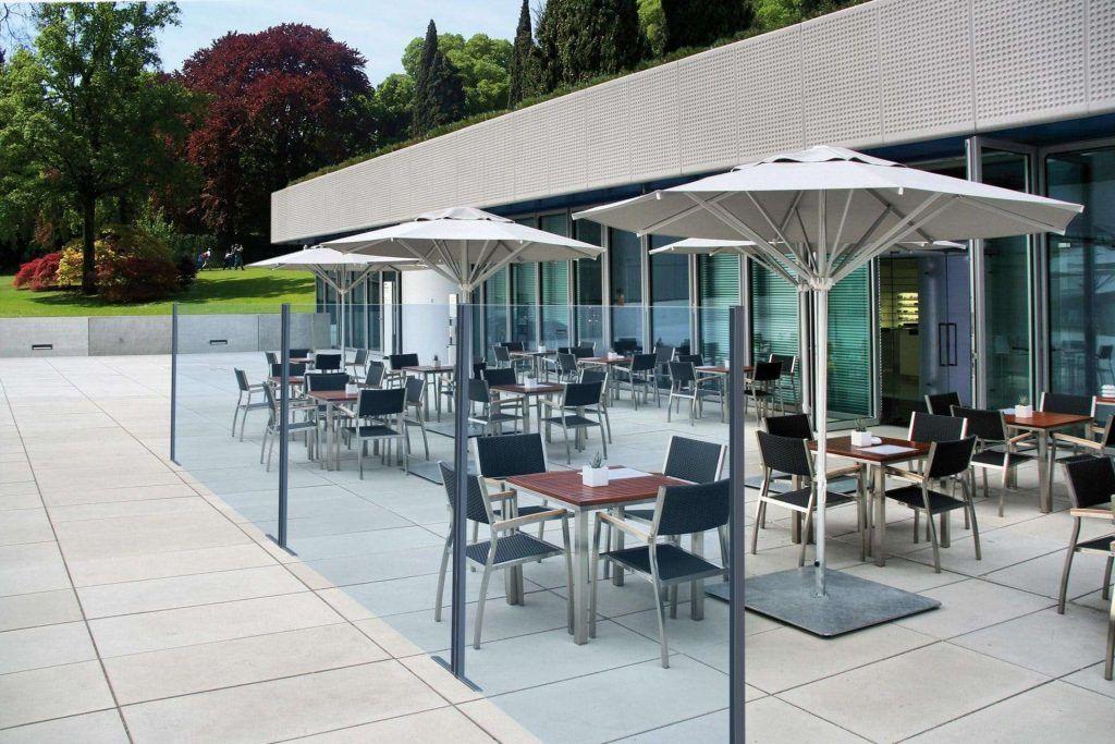 vista di giorno di un dehors esterno ristorante realizzato con paraventi da esterno tutto vetro