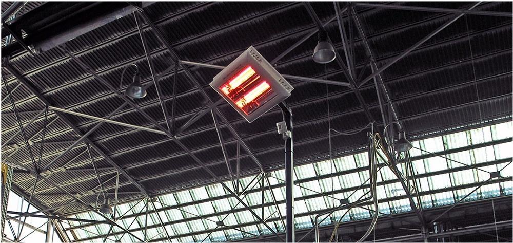 una postazione di lavoro all'interno di un capannone industriale viene riscaldata con una lampada a infrarossi helios radiant modello hp2 di star progetti