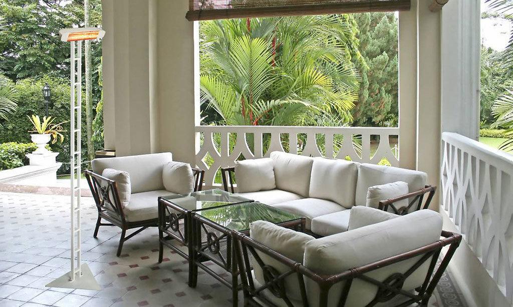 veranda di casa in mezza stagione riscaldata da lampada ad infrarossi heliosa 11 su supporto scala color biancodi Star Progetti