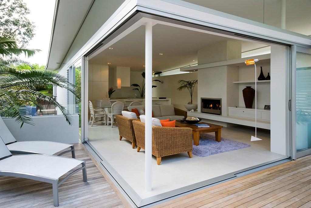 veranda di casa in mezza stagione riscaldata da lampada a infrarossi heliosa top su supporto mobile color bianco di Star Progetti