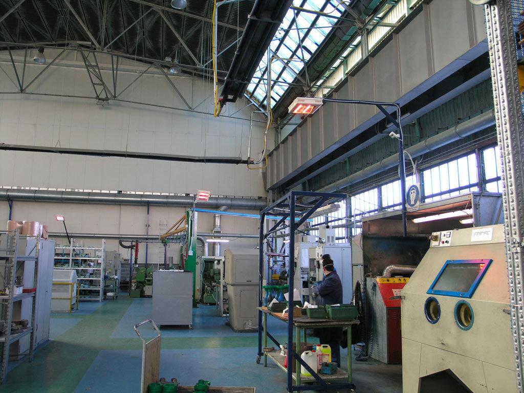 zone di lavoro di un capannone vengono riscaldate con il sistema di riscaldamento industriale helios radiant di star progetti