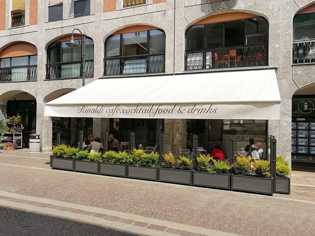 dehors esterno di un bar realizzato con paraventi in alluminio con fioriera di Star Progetti