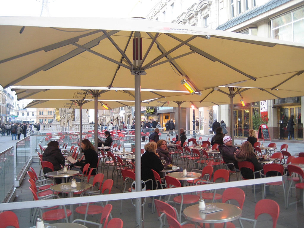 dehors di un bar riscaldato da lampade infrarossi posizionate sotto l'ombrellone modello infracalor top di star progetti