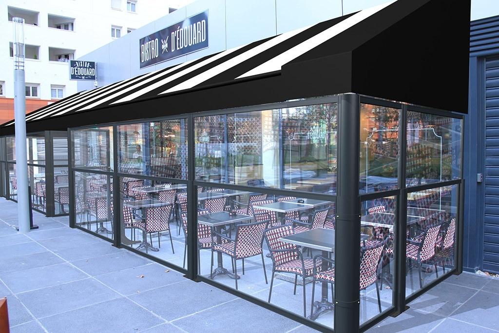 dehors esterno di un bar realizzato con i paraventi da esterno saliscendi tuttovetro modello up&down colore ferro micaceo e pedana di Star Progetti