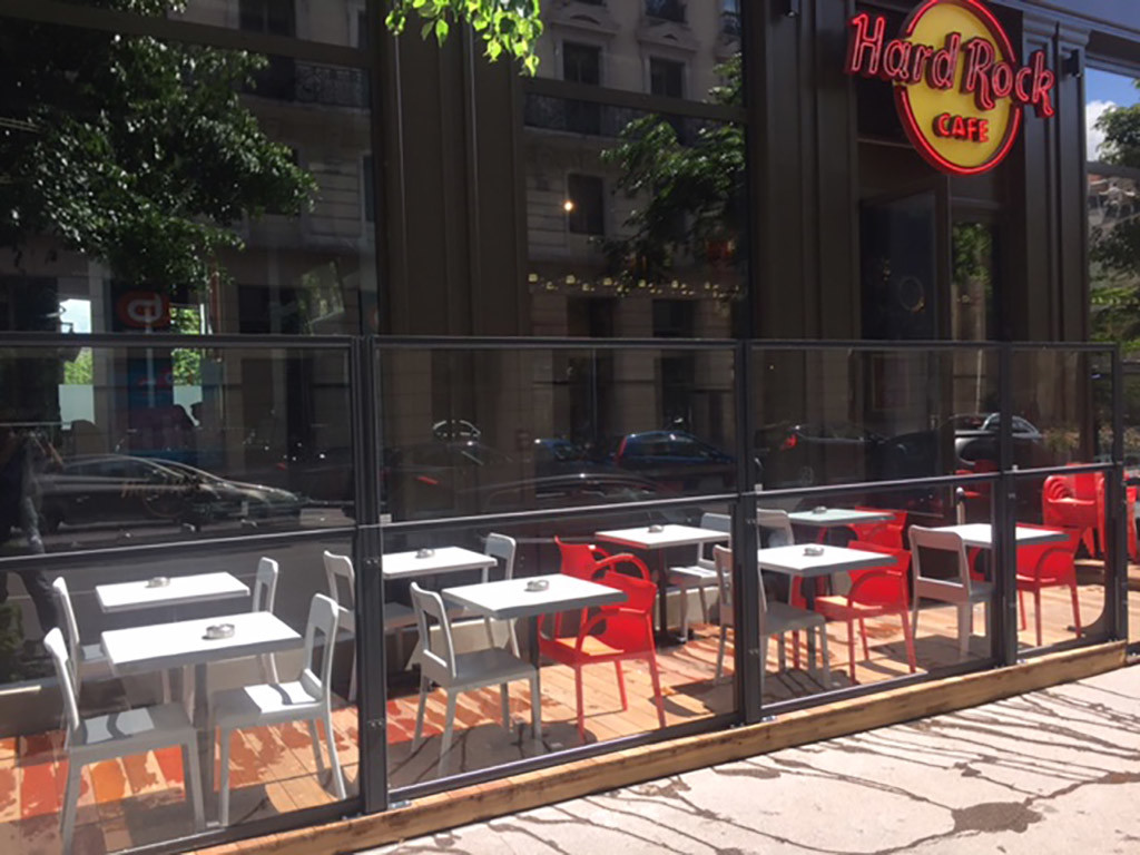 dehors esterno di un ristorante realizzato con i paraventi da esterno saliscendi tuttovetro colore ferro micaceo e pedana di Star Progetti
