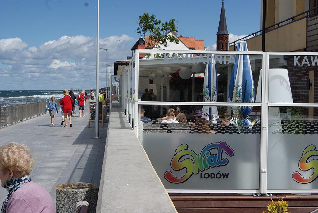 dehors lato spiaggia di un ristorante delimitato con paraventi modulari in alluminio ad altezza regolabile colore bianco modello Taormina di Star Progetti