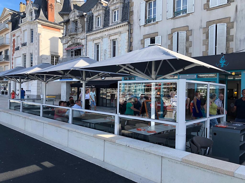 dehors esterno di un ristorante delimitato con paraventi modulari in alluminio ad altezza regolabile colore bianco modello Taormina di Star Progetti
