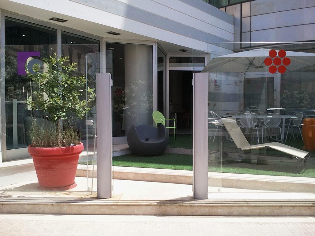 esterno di un hotel delimitato da paraventi per esterno tuttovetro di Star Progetti