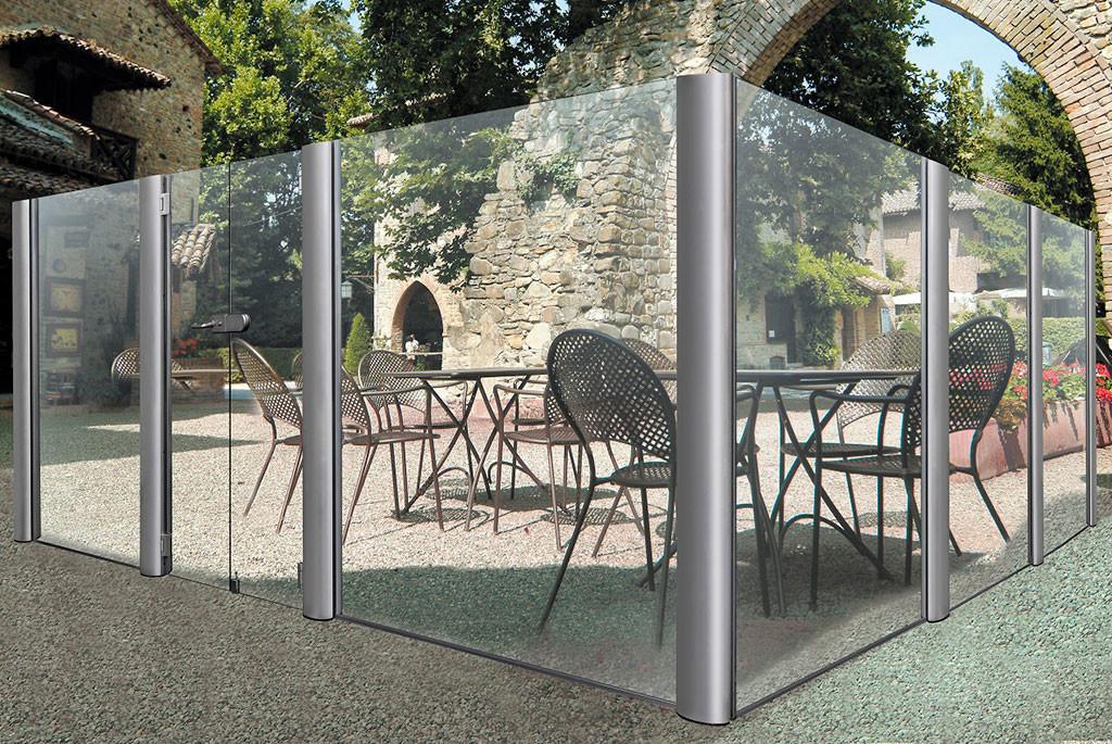 esterno di un bar delimitato da paraventi per esterno in vetro di Star Progetti