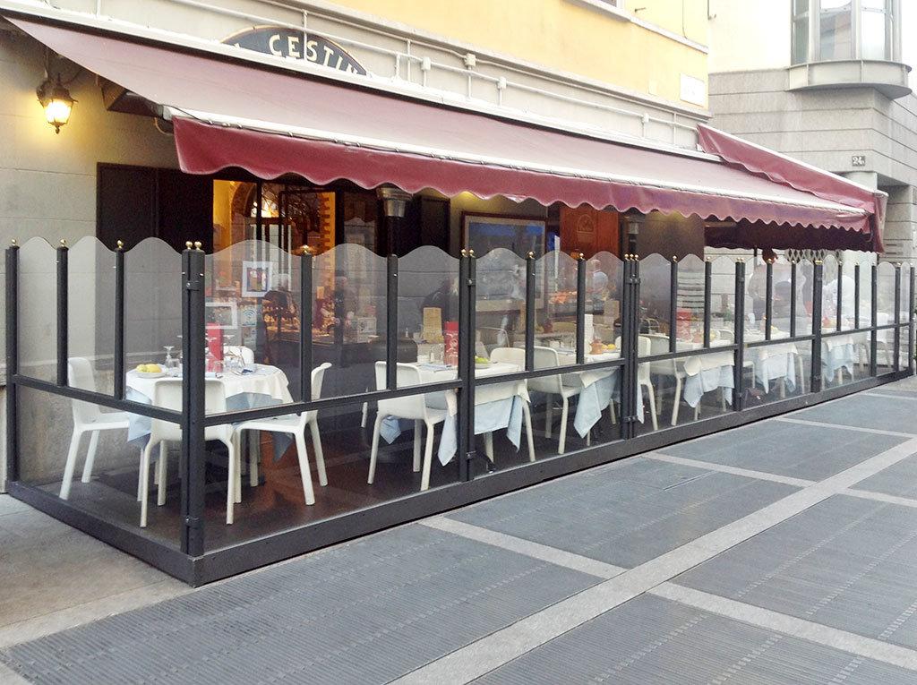 dehors esterno di un bar realizzato con paraventi da esterno modello elegance colore ferro micaceo di Star Progetti