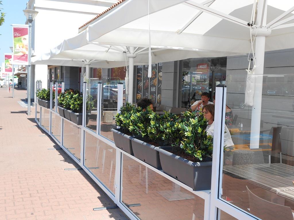 dehors di un ristorante realizzato con paraventi da esterno modello elegance colore bianco di Star Progetti