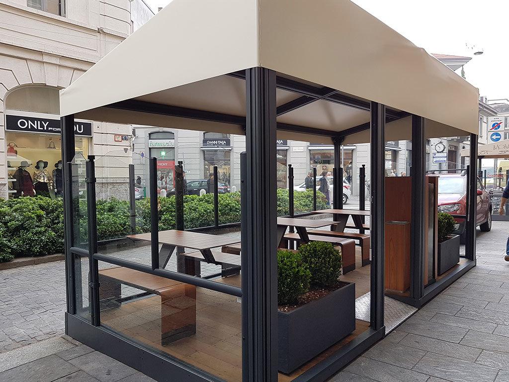 dehors esterno di un bar realizzato con paraventi da esterno modello evolution colore ferro micaceo di Star Progetti