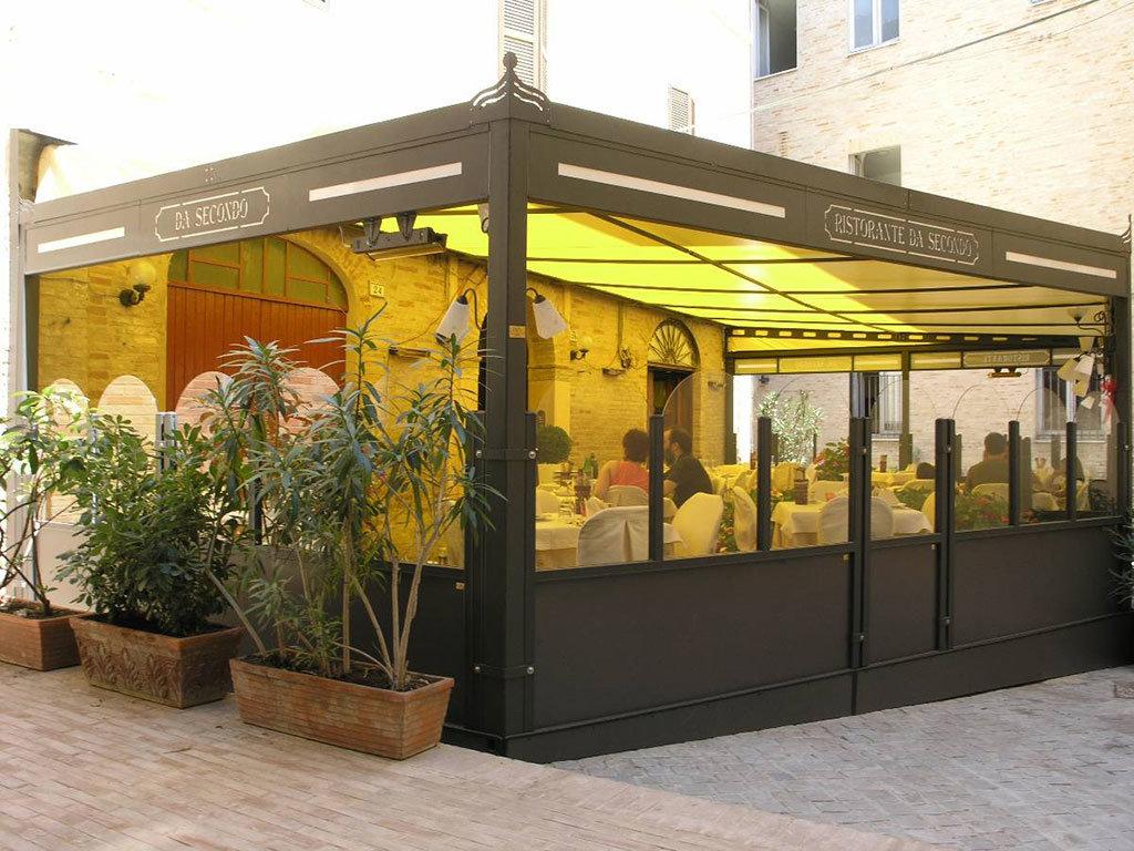 dehors di un ristorante realizzato con paraventi da esterno modello standard colore ferro micaceo di Star Progetti