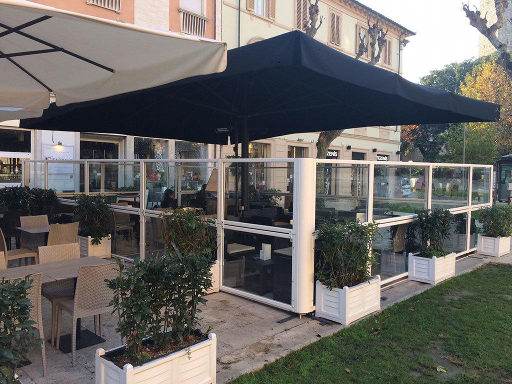 dehors di un bar realizzato con paraventi da esterno ad altezza regolabile Taormina di Star Progetti