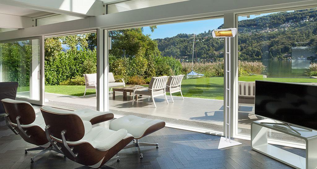 veranda di una casa sul lago in mezza stagione riscaldata dalla lampada riscaldante modello inframaster su supporto scala di Star Progetti