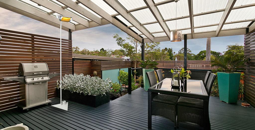 terrazza di un appartamento riscaldata dalle lampade riscaldanti a raggi infrarossi di Star progetti