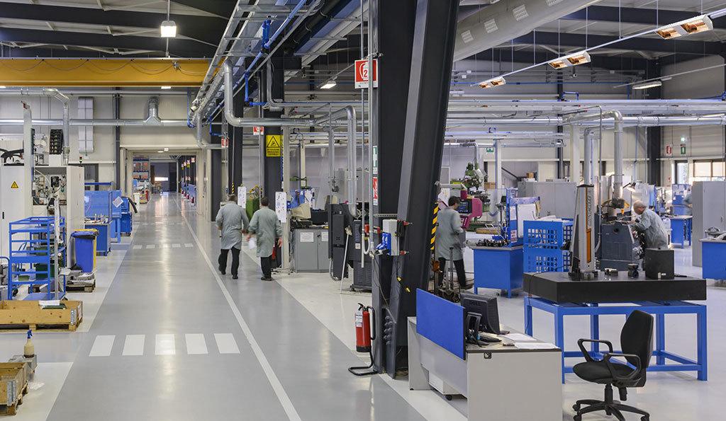 esempio di come i riscaldatori elettrici a raggi infrarossi modello titan di Star Progetti vengono impiegate per riscaldare capannoni industriali e postazioni di lavoro
