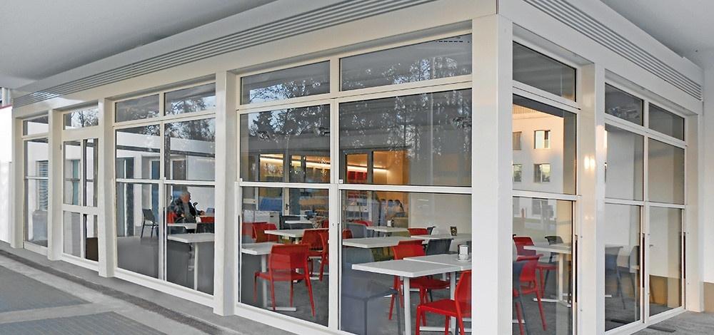 gazebo bar esterno realizzato con paraventi saliscendi in alluminio e vetro colore bianco