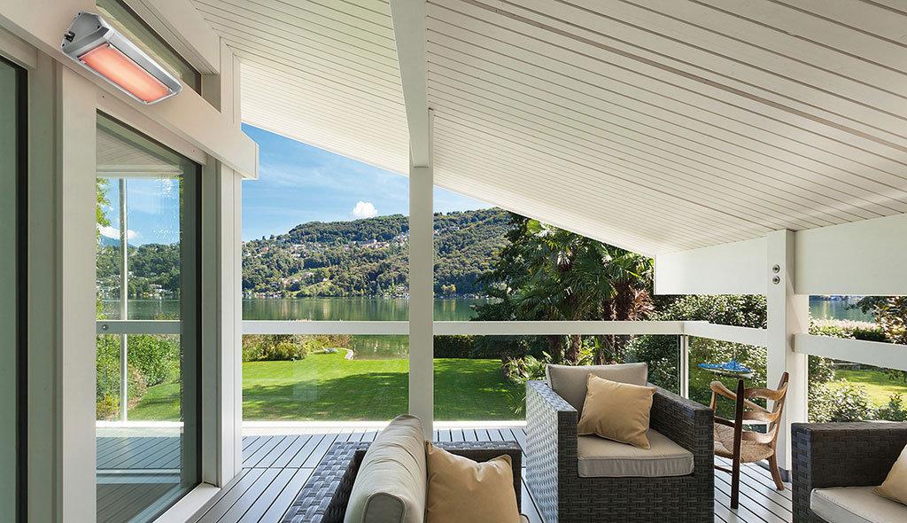 veranda di una casa sul lago in mezza stagione riscaldata dalla lampada riscaldante infrarossa senza luce modello heliosa 9 di Star Progetti a muro