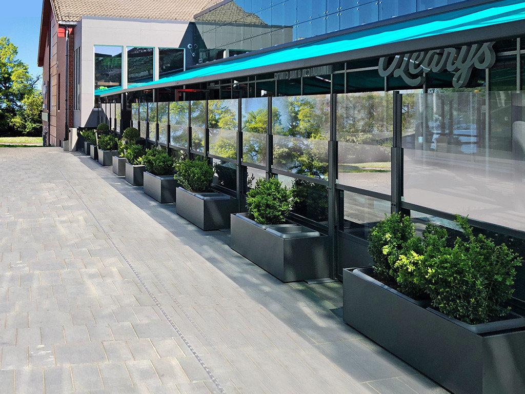 dehors esterno di un ristorante realizzato con i paraventi saliscendi in alluminio e vetro di Star Progetti