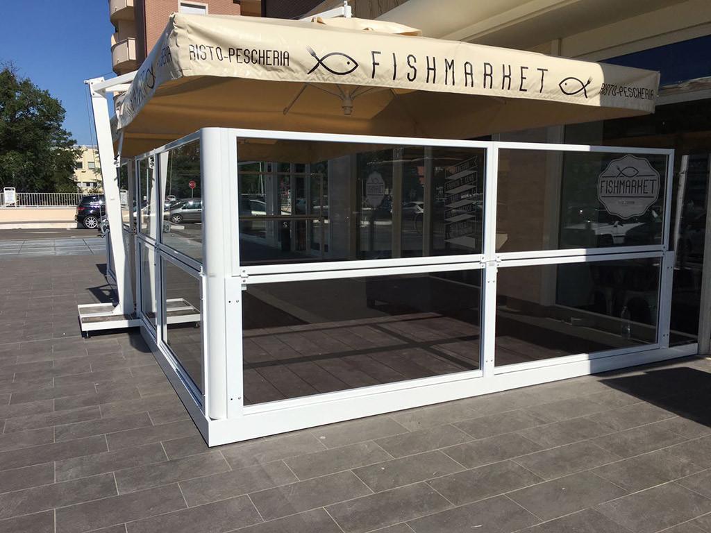 dehors esterno di un ristorante realizzato con paraventi modulari in alluminio ad altezza regolabile Taormina di Star Progetti