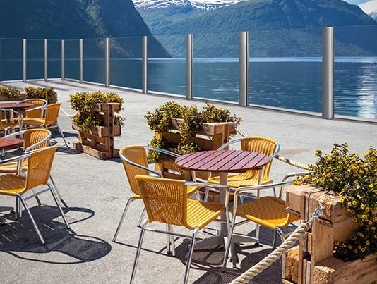 terrazza di un bar vista lago delimitata da paraventi per dehors tuttovetro di Star Progetti